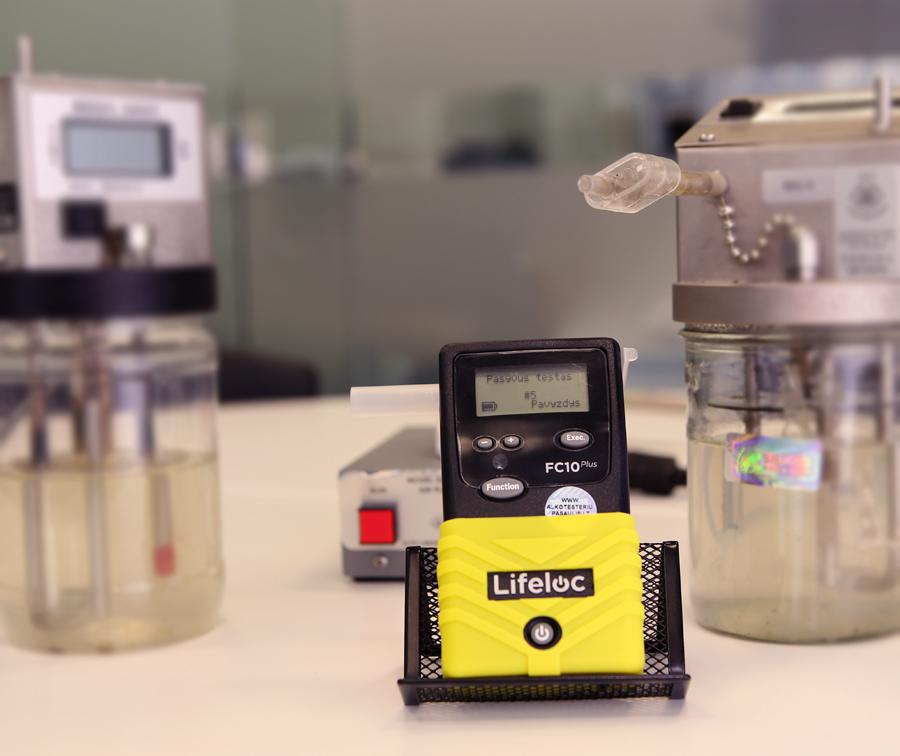 Alkotesterio kalibravimas  Alkotesterio kalibravimas atliekamas naudojant alkoholio simuliatorius, kurie naudodami etaloninį skystį tikslia temperatūra ir drėgme imituoja žmogaus iškveptą orą ir kuriame yra nustatytas alkoholio kiekis. Tai vienas tiksliausių būdų kalibruoti alkotesterį.  Alkotesterį rekomenduojama kalibruoti ne rečiau nei kas 6 – 12 mėnesių (tikslios sąlygos aprašytos prietaiso instrukcijoje).
